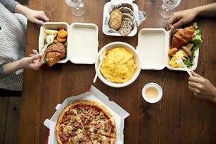 テイクアウトフードの食事の写真素材 [FYI04531361]