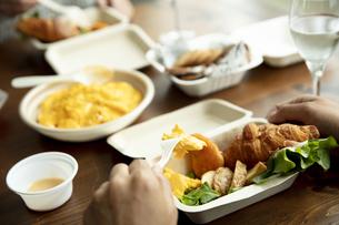 テイクアウトフードの食事の写真素材 [FYI04531362]