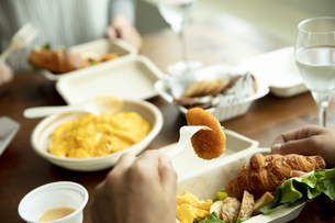 テイクアウトフードの食事の写真素材 [FYI04531363]