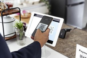 キャッシュレス決済のスマートフォンとQRコードの写真素材 [FYI04531398]