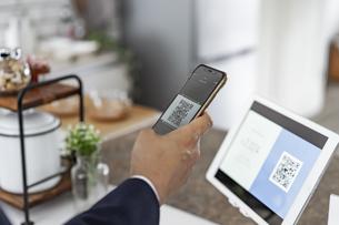 キャッシュレス決済のスマートフォンとQRコードの写真素材 [FYI04531400]