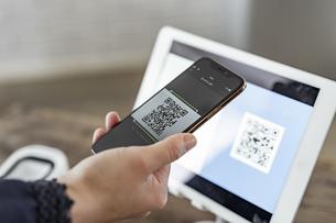 キャッシュレス決済のスマートフォンとQRコードの写真素材 [FYI04531411]