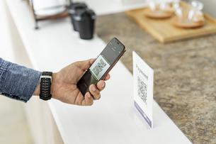キャッシュレス決済のスマートフォンとQRコードの写真素材 [FYI04531433]