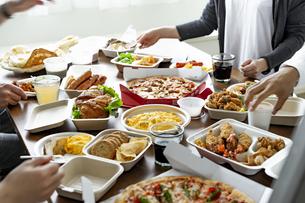 テイクアウトフードの食事の写真素材 [FYI04531476]