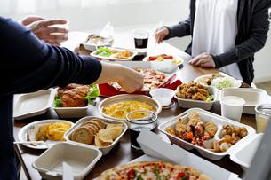 テイクアウトフードの食事の写真素材 [FYI04531478]