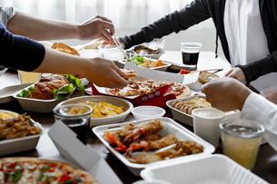 テイクアウトフードの食事の写真素材 [FYI04531479]