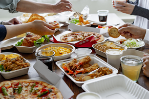 テイクアウトフードの食事の写真素材 [FYI04531493]