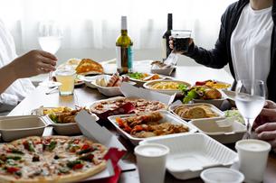 テイクアウトフードの食事の写真素材 [FYI04531497]