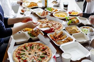 テイクアウトフードの食事の写真素材 [FYI04531498]