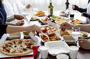 テイクアウトフードの食事の写真素材 [FYI04531499]