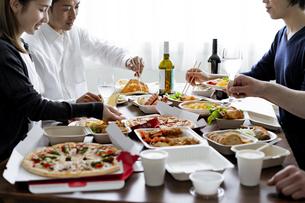 テイクアウトフードの食事の写真素材 [FYI04531500]