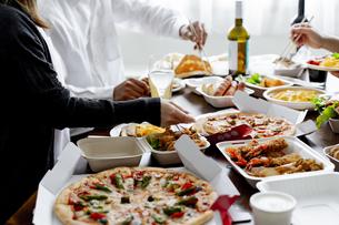 テイクアウトフードの食事の写真素材 [FYI04531501]