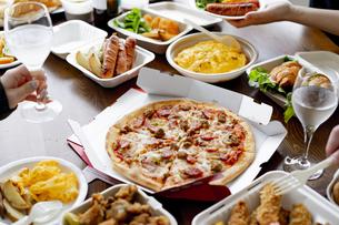 テイクアウトフードの食事の写真素材 [FYI04531503]
