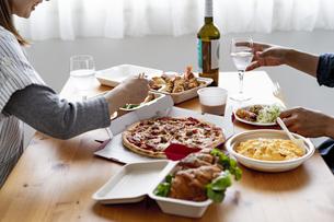 テイクアウトフードの食事の写真素材 [FYI04531507]