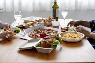 テイクアウトフードの食事の写真素材 [FYI04531508]