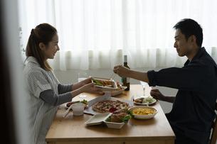 食事をする夫婦の写真素材 [FYI04531510]