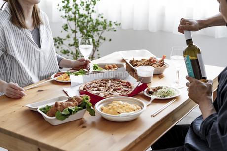 テイクアウトフードで食事をする夫婦の写真素材 [FYI04531511]