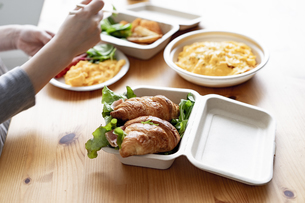 テイクアウトフードの食事の写真素材 [FYI04531513]