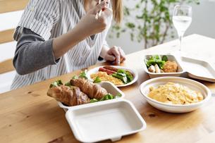 テイクアウトフードの食事の写真素材 [FYI04531514]