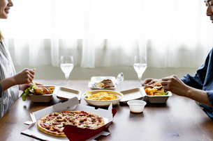 テイクアウトフードで食事をする夫婦の写真素材 [FYI04531516]