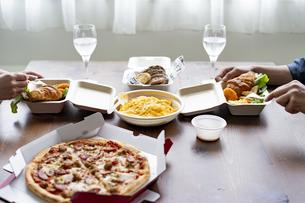 テイクアウトフードの食事の写真素材 [FYI04531517]