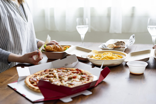 テイクアウトフードの食事の写真素材 [FYI04531518]