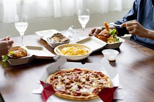 テイクアウトフードの食事の写真素材 [FYI04531519]