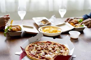 テイクアウトフードの食事の写真素材 [FYI04531520]