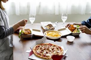 テイクアウトフードの食事の写真素材 [FYI04531521]
