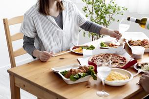 テイクアウトフードの食事の写真素材 [FYI04531531]