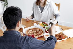 テイクアウトフードで食事をする夫婦の写真素材 [FYI04531533]