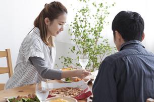 テイクアウトフードで食事をする夫婦の写真素材 [FYI04531534]