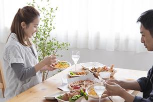 テイクアウトフードで食事をする夫婦の写真素材 [FYI04531535]