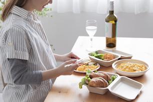 テイクアウトフードの食事の写真素材 [FYI04531536]