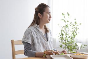 食事をする女性の写真素材 [FYI04531538]
