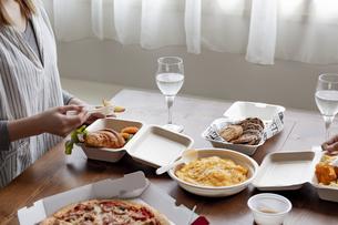 テイクアウトフードの食事の写真素材 [FYI04531540]