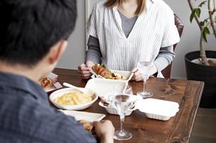 テイクアウトフードで食事をする夫婦の写真素材 [FYI04531541]