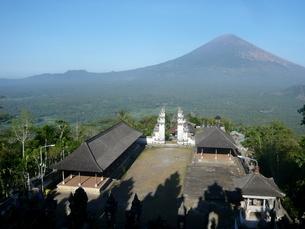 インドネシア、バリ島、ランプヤン寺院から見えるアグン山の写真素材 [FYI04531545]