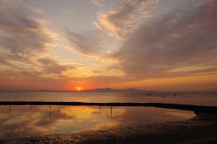 水面に映る朝日に染まった空の写真素材 [FYI04531613]