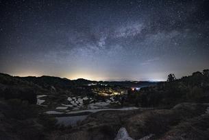 星峠の棚田と天の川の写真素材 [FYI04531682]