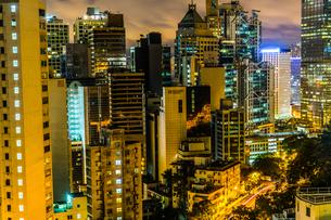 香港特別行政区の高層ビル群の夜景の写真素材 [FYI04531704]