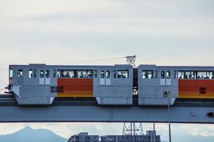 立日橋を走る多摩モノレールの写真素材 [FYI04531909]