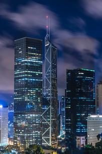 香港特別行政区の高層ビル群の夜景の写真素材 [FYI04531910]