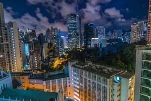 香港特別行政区の高層ビル群の夜景の写真素材 [FYI04532274]