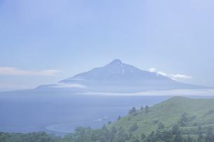 初夏の利尻富士の写真素材 [FYI04532312]
