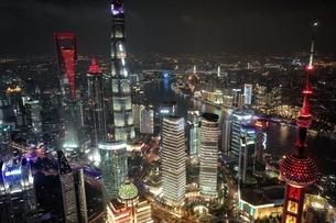 中国 上海 夜景 大都市 ビル群 東方明珠タワー 発展 未来の写真素材 [FYI04532314]