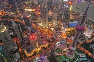 中国 上海 夜景 大都市 ビル群 東方明珠タワー 発展 未来の写真素材 [FYI04532315]