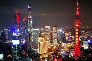 中国 上海 夜景 大都市 ビル群 東方明珠タワー 発展 未来の写真素材 [FYI04532316]