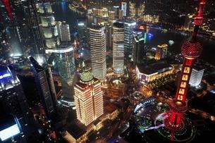 中国 上海 夜景 大都市 ビル群 東方明珠タワー 発展 未来の写真素材 [FYI04532317]