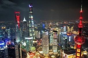 中国 上海 夜景 大都市 ビル群 東方明珠タワー 発展 未来の写真素材 [FYI04532318]